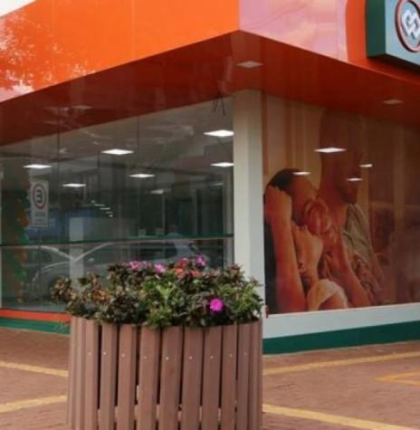 Nova agência da Cresol em Marechal Cândido Rondon, na esquina da Avenida Rio Grande do Sul e  Rua D. João VI, em parte do prédio da Kaefer Motos.  Imagem: Acervo Diário Paranaense - FOTO 18 -