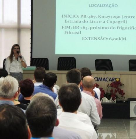 Engenheira Renata Bertol do DER-PR dando explicações sobre o contorno rodoviário oeste, na audiência pública realizada no auditório da ACIMACAR.  Imagem: Acervo Gazeta de Toledo - FOTO 2 -