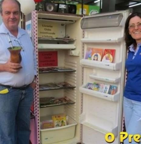 Casal Elonir José e Clarice Kochen, proprietário das Livrarias Globo junto a geladeira improvisada de biblioteca. Imagem: Acervo O Presente - FOTO 10 –