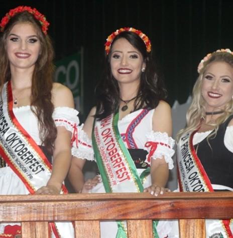 Soberanas da Oktoberfest 2017 de Marechal Cândido Rondon.  Da esquerda à direita: Bruna Poliana Silva, rainha; 1ª princesa, Marina Barbian Urio; e 2ª princesa, Lyara Franssoice Modes.  Imagem: Acervo Imprensa PM-MCR - FOTO 20  -
