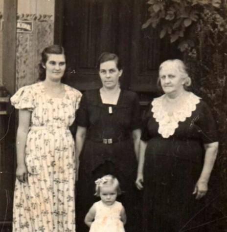 A pioneira Úrsula (Schmitz) Koniecziniak, à esquerda,  com a mãe Helena  Schmitz, proprietária do lendário Bazar Schmitz,  avó Tekla Können e a filha Helena.  Imagem: Acervo Edith von Borstel