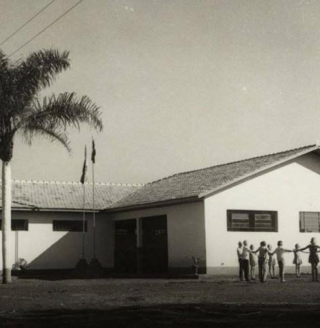 Grupo Escolar Floriano Peixoto, da sede distrital de Iguiporã, inaugurado em maio de 1971.  Imagem: Acervo Fundo Fotográfico de Marechal Cândido Rondon - FOTO 3 -