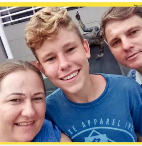 Volante Naydjel Callebe com os pais Carla Boroski e Nilson Strohschein depois do incêndio no CT do Clube Regatas Falamengo.  Imagem: Acervo O Presente - FOTO 5 -