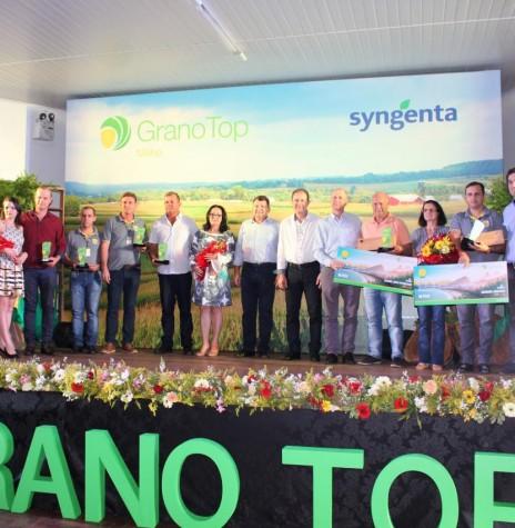 Diretoria da Copagril e representante da Syngenta com os premiados do Grano Top Milho 2017.  Imagem: Acerco Comunicação Copagril - Crédito: Fernando Ames - FOTO 17 -