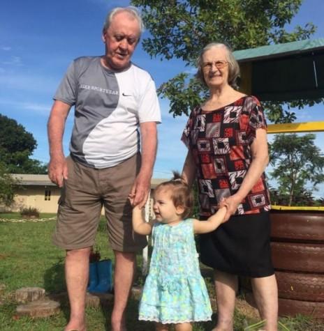 A pioneira rondonense Elzira Hiller, na companhia do esposo Willy Guilherme e com a bisneta Aline. A ex-rondonense falecue em final de julho de 2018.  Imagem: Acervo Edison Hiller - FOTO 12 -