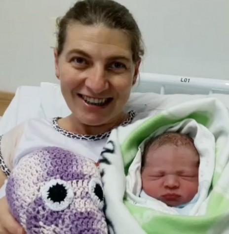 Marilete Gauer com o filho Lucas Rafael, a primeira criança nascida no Hospital Municipal Dr. Cruzatti.  Imagem: Acervo Imprensa - PM-MCR - FOTO 5 -