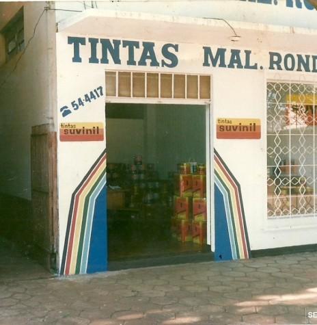 Primeira loja das Tintas Rondon, a rua Paraná.  A pessoa à esquerda é o senhor Zeno Scherer, pai de Marcenita Peracchi, proprietária-sócia da empresa.  Imagem: Acervo Tintas Rondon - FOTO 4  -