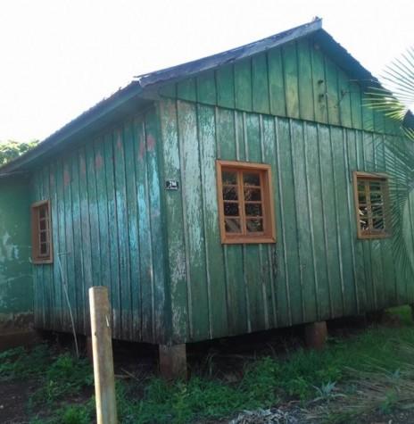 Primeira residência da família de Aloicius Mees, à Rua 12 de Outubro, 798, quando chegou a então vila de General Rondon.  A moradia ainda existe no local (20.02.2017) e foi construída pelo pioneiro Antonio Rockembach.  Imagem: Acervo Venilda Saatkamp - FOTO 2 -