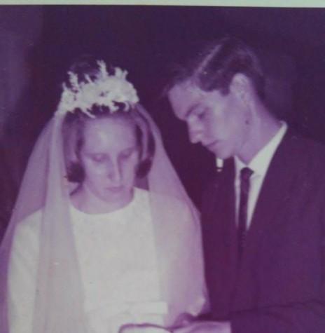 Troca de alianças dos noivos Venilda Mees e Romeu Saatkamp na Igreja Martin Luther, em janeiro de  1967.  Imagem: Acervo do casal - FOTO 3 -