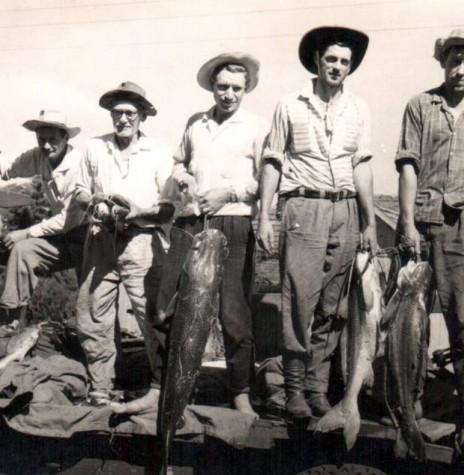 O pioneiro Auri Osmar Zart (quarto da esquerda a direita), tendo a sua direita, o pai Edmundo Zart,  e seus irmãos Helmuth e Oswino,   o segundo e último, da esquerda à direita, respectivamente e os outros companheiros de pesca no Rio Paraná.  Imagem: Acervo Auri Zart/Zeca Gentelini  - FOTO 1 -