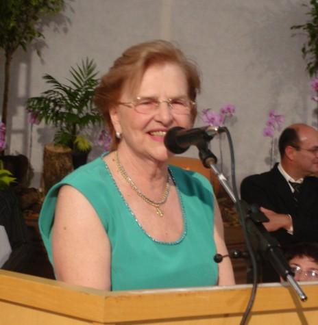 Homenageada médica-pediatra Zilda Arns Neumann em seu agradecimento pela homenagem recebida do Pode Público de Marechal Cândido Rondon.  Imagem: Acervo Memória Rondonense - FOTO 5 -