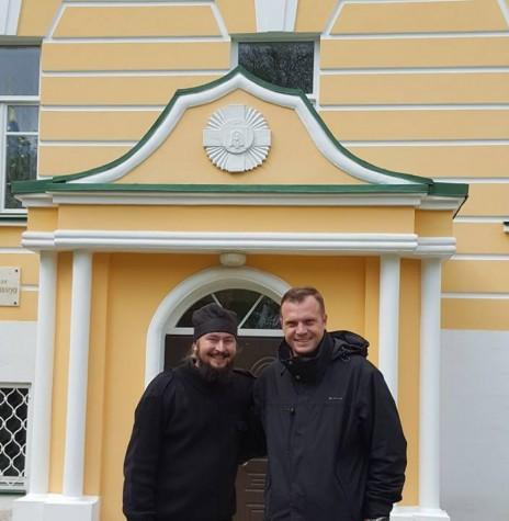 Padre Neimar Troes com o doutor e monge Filotej, da Academia Teológica de Moscou.  Imagem: Acervo Neimar Troes - FOTO 7 -