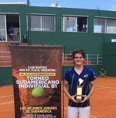 Tenista rondonense Thiago Wild com o troféu de campeão do Sul-Americano Juvenil de Tênis 1978, na Argentina. Imagem: Acervo http://tenisbrasil.uol.com.br - FOTO 5 -