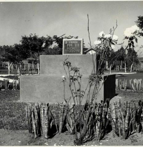 Identificação da antiga Praça PIO XII, por ocasião de sua inauguração em 1971.  Imagem: Acervo  Fundo Fotográfico de Marechal Cândido Rondon - FOTO 3 -