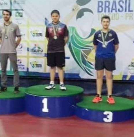 Atleta rondonense Rafael Botan Bauermann, no pódio, como 2º colocado na categoria Rating J.  Imagem: Acervo Imprensa PM-MCR - FOTO 12 -