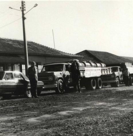 Prefeito Dealmo Selmiro Poersch, de Marechal Cândido Rondon,  com a frota de caminhões da Prefeitura e motoristas para o início do então ACISO 71.  Imagem: Acervo Fundo Fotográfico de Marechal Cândido Rondon - FOTO 6 -