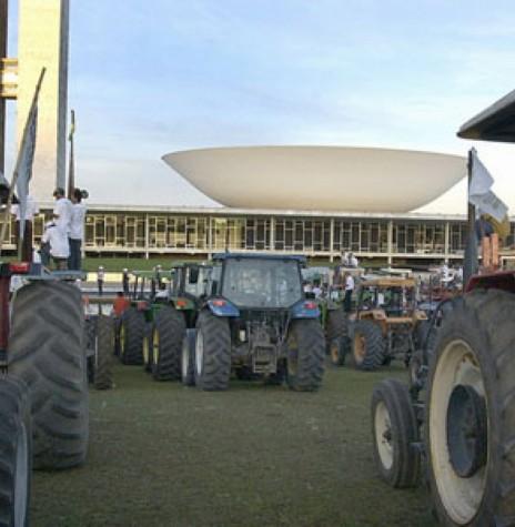 Tratores estacionados na Praça dos Três Poderes, em protesto à falta de apoio à agricultura brasileira, por parte do Governo Federal.  Imagem:  Acervo Associação dos Arrozeiros de Alegrete, RS. - FOTO 2 -