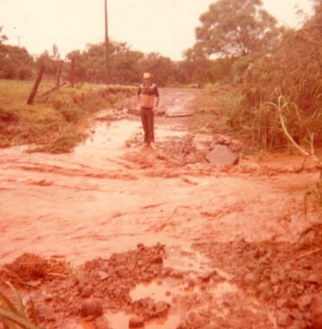 Arroio Fundo obstruindo passagem na enchente de 1983, na Linha Heidrich, no município de Marechal Cândido Rondon.  Imagem: Acervo de Sônia Vorpagel Tischer - FOTO 12 -