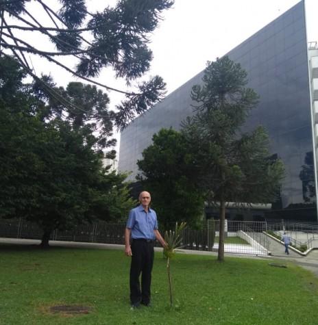 O rondonense Harto Viteck em frente à Assembleia Legislativa, em Curitiba, junto a palmeira ráfis que plantou para registrar os seus 28 anos de trabalho no Parlamento Paranaense.  Imagem e crédito: Jesiel Jerônimo - FOTO 11 -