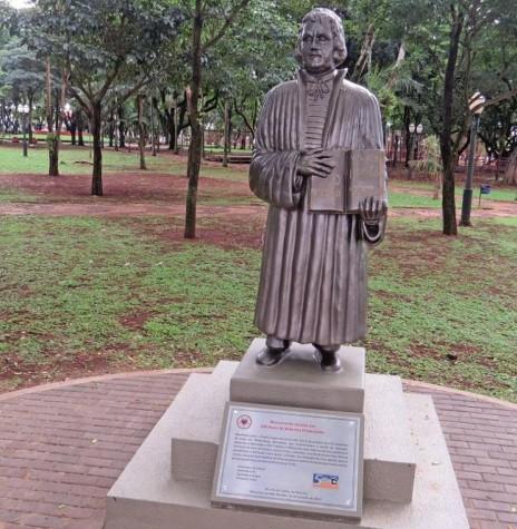 Estátua de Martinho Lutero  na Praça Willy Barth,  inaugurada em 31 de outubro de 2017, data dos 500 anos do início da Reforma Protestante.  Imagem: Acervo Imprensa - PM-Marechal Cândido Rondon - FOTO 10 - -