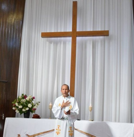 Pastor Arnildo Munchow oficiando o 11º culto em língua pomerana na Igreja Luterana Cristo.  Imagem: Acervo Lori Spitzer Speck - FOTO 5 -