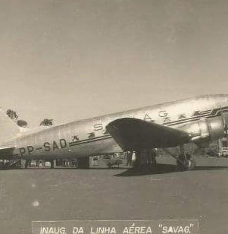 Avião DC 3 da SAVAG no aeroporto de Toledo, no dia de inauguração da linha.  Imagem: Acervo Claudir Picinini - Toledo - FOTO 4 -