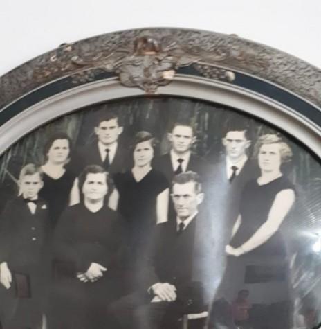 Casal Elza e Hermann Paulo Ladwig, com os filhos, que chegou de mudança no Oeste  do Paraná, em começo de agosto de 1953.  Imagem: Acervo da família - FOTO 1 -