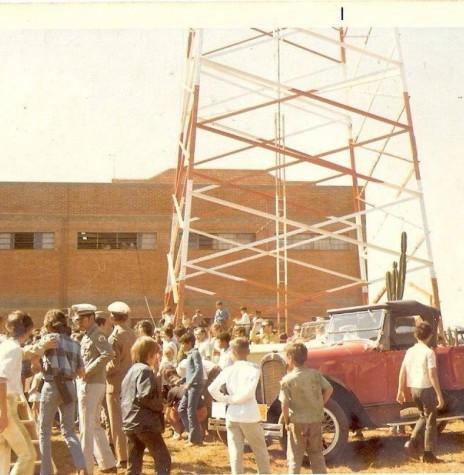 Outro instantâneo do público presente a inauguração da TV Tibagi, em Apucarana, de propriedade de Paulo Pimentel,  em 1969.  Imagem: Acervo JWS  - FOTO 3 -