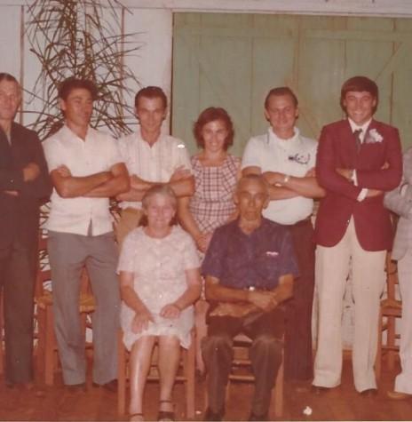 Pioneiro Oswaldo Weber, sentado, com a esposa Lidia.  Em pé, da esquerda à direita, os filhos: Nelda, Alceno, Nilo, Liro,  Broni, Ivo, Odaria e Bruno.  Imagem: Acervo da família - FOTO 10 -