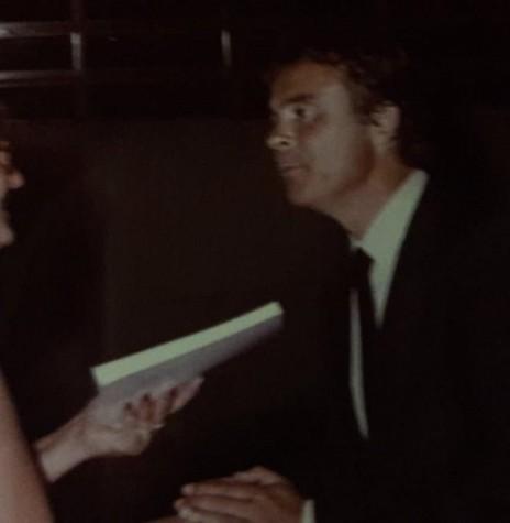 Venilda Saatkamp repassado um exemplar autografado de sua obra ao Secretário de Educação do Paraná, Cândido Martins de Oliveira.  Imagem: Acervo da autora - FOTO 7 -