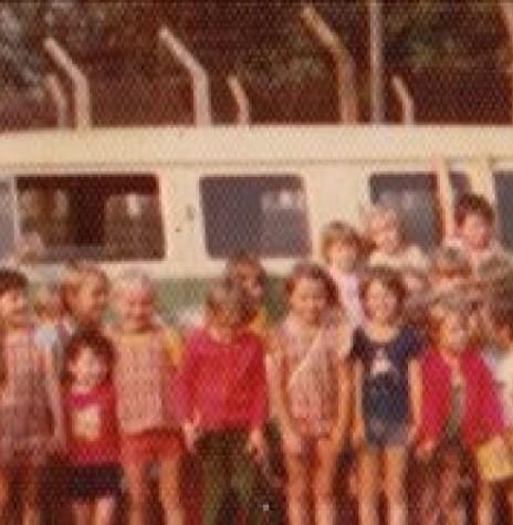 Hugo Pfluck  fotografado com os alunos que transportava com a sua Kombi para o Colégio Evangélico Martin Luther, em 1978, na Rua Espírto Santo, em frente a Praça Willy Barth.  Imagem: Acervo Lia Dorotéa Pfluck