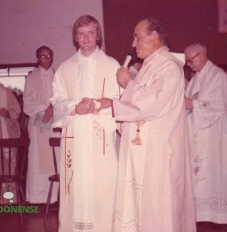 O néo sacerdote Odilo Scherer sendo saudado pelo bispo d. Armando Cirio, após a sua ordenação. Imagem: Acervo Familia Scherer