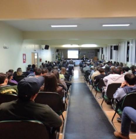 O diretor-presidente da Copagril, sr. Ricardo Silvio Chapla, proferindo a palestra da abertura do 7º Congresso de Ciências Agrarias na Unioeste de Marechal Cândido Rondon. Imagem: Acervo Unioeste-MCR - FOTO 10 -