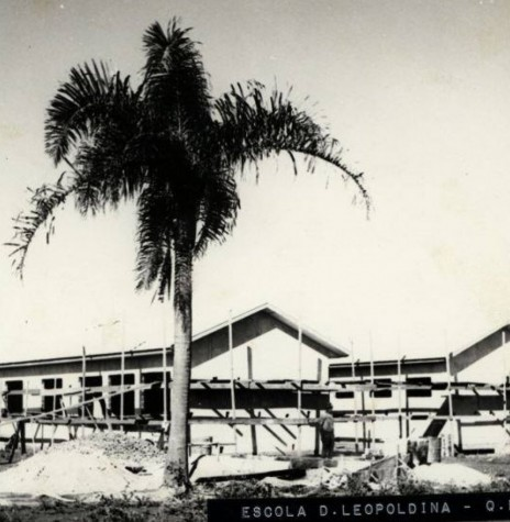 Grupo Escolar D. Leopoldina, da então sede distrital de Quatro Pontes, ainda em construção
