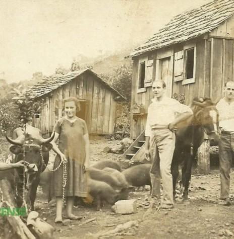 O pioneiro Fritz Friedrich Römer (de camisa branca) com a esposa Fridolina Appel. À esquerda, o amigo Carlos Sauer e bem a direita, o irmão Ludwig. A fotografia foi feita na propriedade dos dois irmãos, em Marcelino Ramos (RS). Imagem: Acervo Selma Römer Krack – FOTO 1 –
