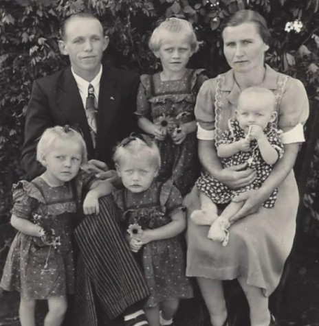 O casal pioneiro rondonense Emilio e Erna (Makus) Pedde, com os filhos, da esquerda para a direita, a frente: Renata, Ilone e Irene (no colo), e entre os pais, Ildegard, fotografados pouco antes de se mudarem para Marechal Cândido Rondon, em 1953.  Informação e imagem:  Acervo Alita Rusch