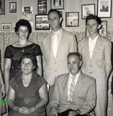 O casal pioneiro Emilio e Laureana Mohr (sentados), com a filha Adiles, genro e netos, foto da década de 1960.  Em pé, da esquerda para a direita: Vane Jochims Hensel, Adiles Mohr Jochims, Ervino Jochims, e os irmãos Ivo e Nauro Jochims.  Imagem: Acervo Vane Jochims Hensel