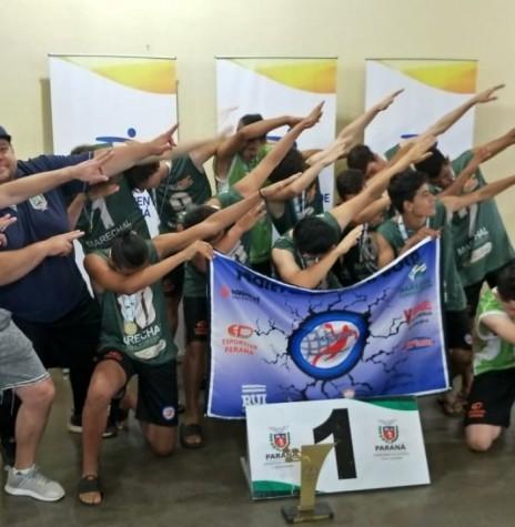 Seleção rondonense de handebol de areia masculino comemorando a conquista da medalha de ouro nos Jogos da Juventude do Paraná 2018.  Imagem: Acervo Imprensa PM-MCR - FOTO 6 -