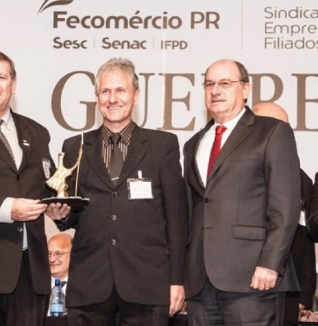 O empresário Nilton Bruno Leonhardt (segundo da esquerda para a direita) recebendo o laurel