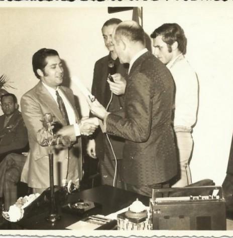 Nilton Alberto de Castro Arruda (esquerda) recebendo o título de cidadão honorário de Marechal Cândido Rondon, do presidente da Câmara Municipal, vereador Eldor Egon Lamb, em julho de 1974. Na fotografia ainda, professor Ido Heep e Harto Viteck (à direita), então secretário do Legislativo rondonense. Imagem: Acervo Valdir Sackser - FOTO 14 -