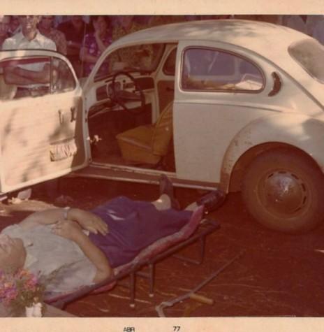 Corpo do Pe. José Gartner junto ao Fusca que dirigia, após sofrer o colapso cardíaco que levou o religioso à morte. Imagem: Acervo Rozalina Cemin - FOTO 5 -