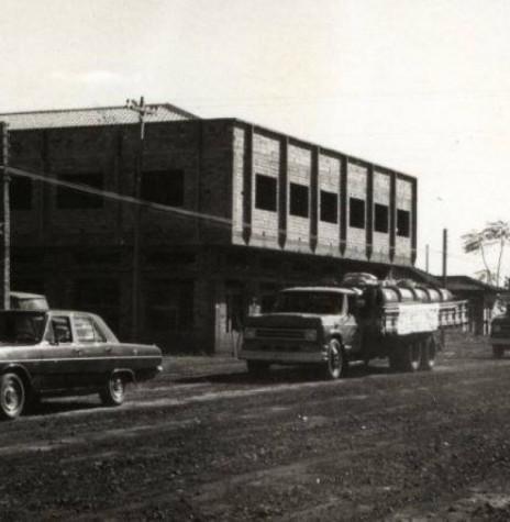 Prédio Ruppenthal em final de construção na década de 1970.  Imagem: Acervo Fundo Fotográfico de Marechal Cândido Rondon - FOTO 5 -