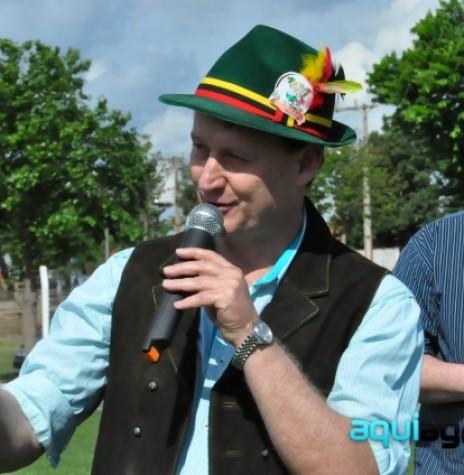 Prefeito municipal Jones Heiden declarando aberta a Frühlingfest 2014, do município de Entre Rios do Oeste.  Imagem: Acervo AquiAgora.net - FOTO 5 -