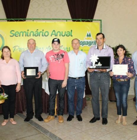 Os produtores de leite, o casal Nelsi (Lindner) e Sigmar Luiz Lohmann e o filho Alan e Vilma Miguel Lohmann recebendo o prêmio de