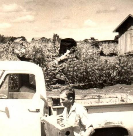 Arlindo Alberto Lamb, pioneiro e primeiro prefeito eleito de Marechal Cândido Rondon, chegando a cidade com o dinheiro (numa caixa) que sacou na agência do Banco do Brasil em Foz do Iguaçu, resultado de um repasse do Governo Federal.  Imagem: Acervo Arlindo e Norma Lamb - FOTO 2 -