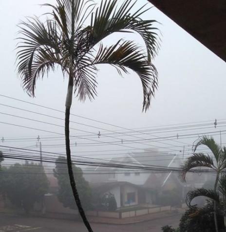 Neblina que cobriu a cidade de Marechal Cândido Rondon, em 20 de maio de 2017, no período vespertino. Fotografia feita a partir do prédio Tonin, na esquina das duas Men de Sá e Espírito Santo. Imagem: Acervo Gemira Dolores Betin  - FOTO 8 -