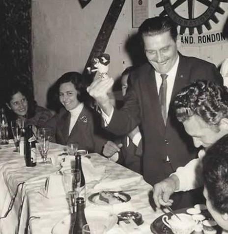 Maximiliano Antonio Cerreta (em pé), ex-diretor da Rádio Difusora e ex-presidente da Câmara Municipal de Marechal Rondon, falecido em 1971.  Imagem: Acervo Memória Rondonense