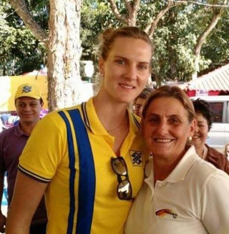 A ponteira Marianne Steibrecher (Mari), da Seleção Brasileira de Voleibol, com a professora de educação física Erci Witeck (d), em sua visita a Marechal Rondon, em 2015.  Imagem: Acervo particular - FOTO 4 -