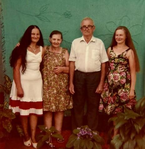Pioneira quatropontense Francisca Regina Rukhaber com o esposo Adolfo e as filhas Amanda Erica (e) e Senilda Irene. A pioneira faleceu em julho de 2004.  Imagem: Acervo de Senilda Kerkhofen - FOTO 8 -