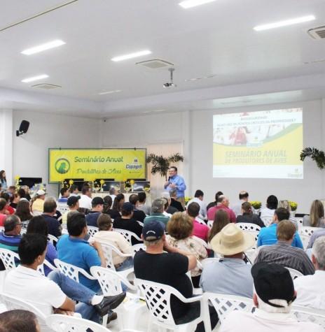 Especialista Paulo Raffi em sua palestra no Seminário Anual de Produtores de Aves Copagril, em agosto de 2018.  Imagem: Acervo Comunicação Copagril - Crédito; Carina Ribeiro - FOTO 12 --